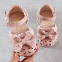 Новейшая летняя детская обувь; 2020 модные милые детские сандалии из кожи для девочек; Дышащая обувь с бантом для малышей